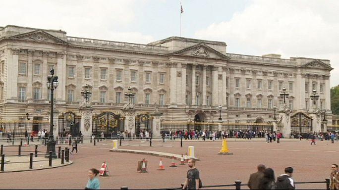 Kraliçe 2. Elizabeth popülerliğini koruyor