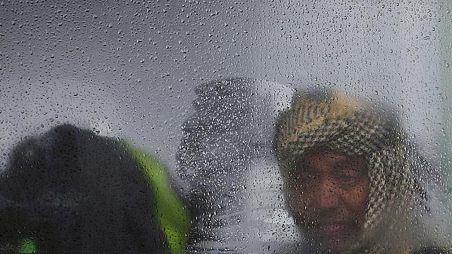 Hungary buses refugees from cornfield to official transit centre
