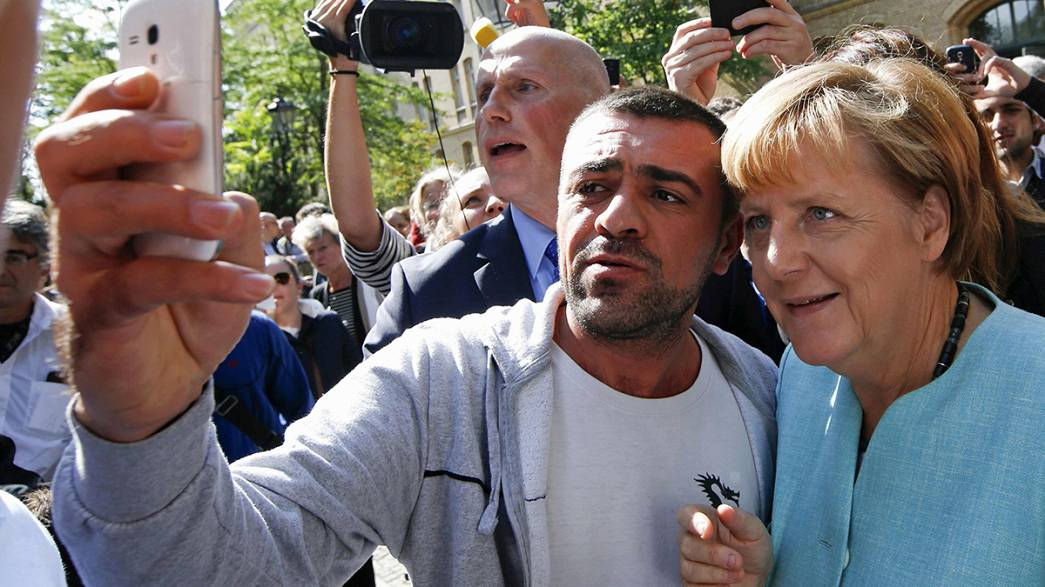 Migrants: Angela Merkel visits Berlin registration centre