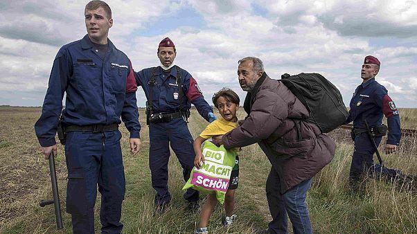 مَن هو الرجل الذي سقط حاملاً ابنه بين ذراعيه بركلة صحفية مجرية...؟