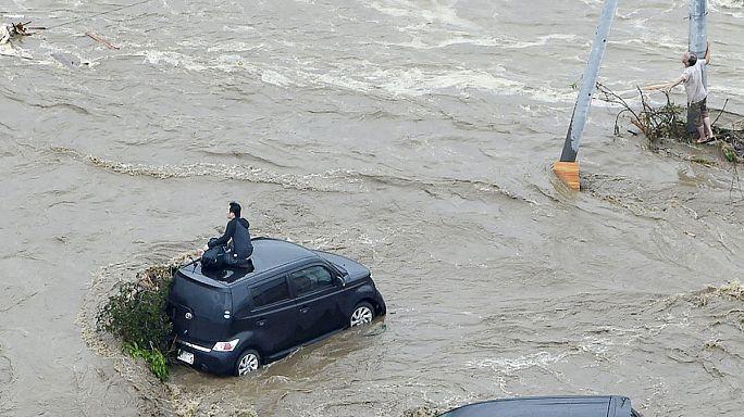 Nehezen mentik ki az árvíz fogságában rekedteket Japánban
