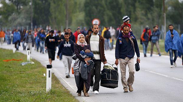 Λαοθάλασσα προσφύγων από την Ουγγαρία στην Αυστρία
