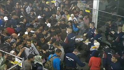 Chaotic pictures from Hungarian refugee centre go viral