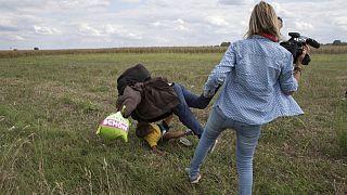 La camarógrafa húngara se disculpa por su reacción frente a los refugiados