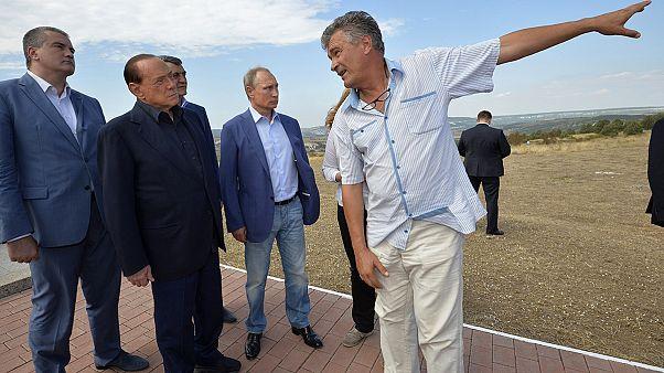 برلسكوني برفقة بوتين يضع الزهور أمام النصب التذكاري في جزيرة القرم
