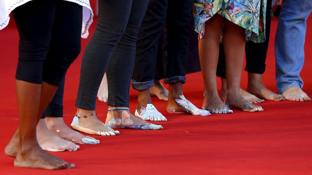Italia: a piedi scalzi per dire sì all'accoglienza