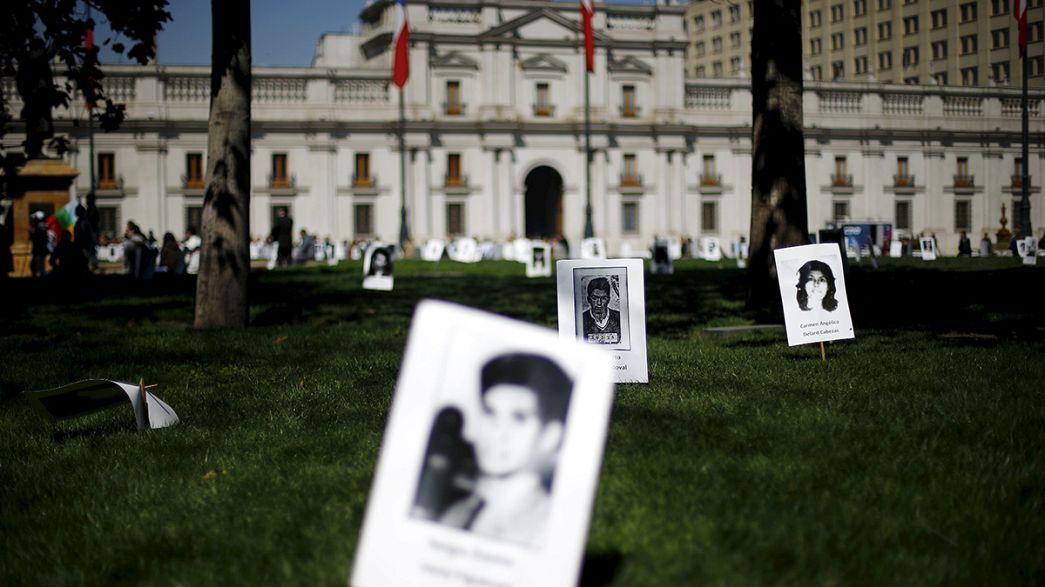 Chili : des roses rouges et blanches en mémoire de Salvador Allende