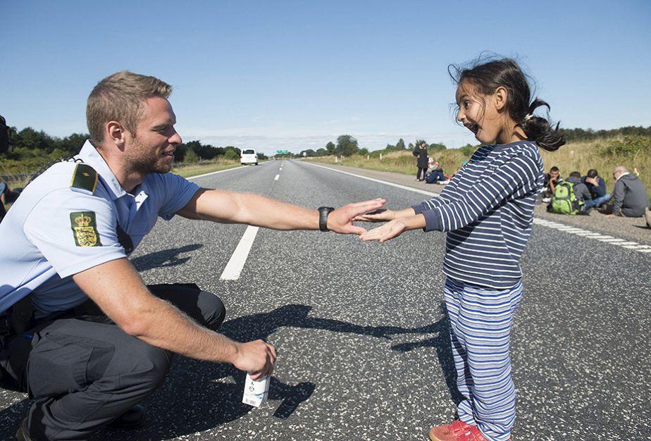 Quand un policier danois joue avec une petite réfugié