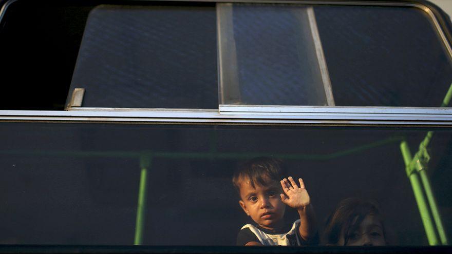 Göçmenler denizden ve karadan Avrupa'ya akıyor