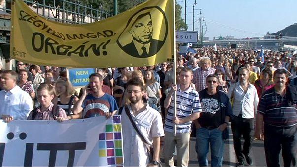 Több ezres tüntetések Budapesten a menekültek mellett