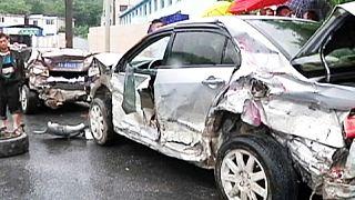 Camião esmaga 30 carros na China