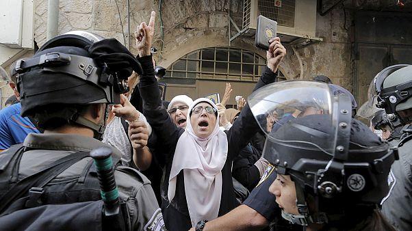 Manifestantes lanzan piedras a la policía en la Explanada de las Mezquitas de Jerusalén