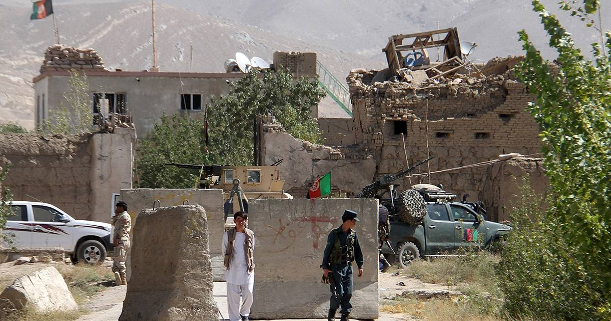 Hundreds reportedly escape as Taliban storms Afghan prison ...