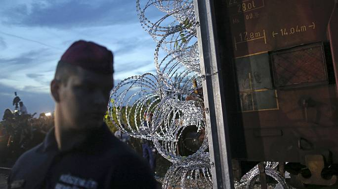 Macaristan mültecilerin önüne dikenli tel çekti
