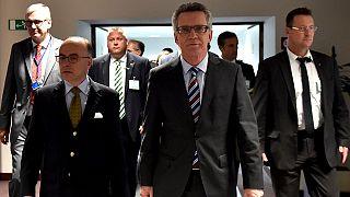 وزير داخلية ألمانيا يقترح إعادة النظر في المساعدات الاوروبية المقدمة للدول الرافضة لتوزيع المهاجرين.