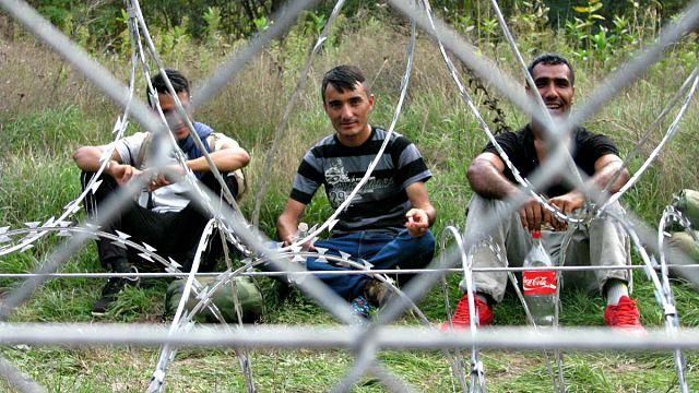 Menekültnek és riporternek is új helyzet a lezárt határ
