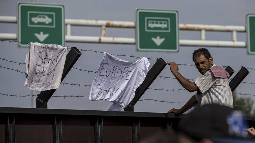 Hungary closes border crossings