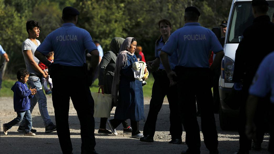 اللاجئون يصلون إلى كرواتيا بعد إغلاق المجر لحدودها
