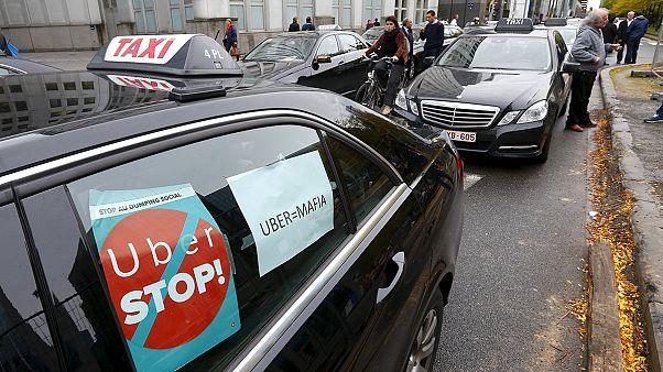 """سائقوا تاكسي من كل انحاء اوروبا يحتجون في بروكسل على خدمة """"أوبر""""."""