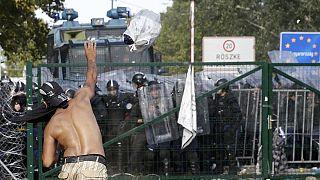 Betörték a kaput a migránsok Röszkénél