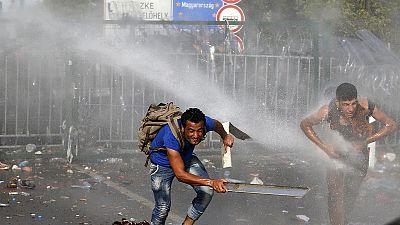 Cañones de agua y gases lacrimógenos contra piedras en la frontera serbo-húngara