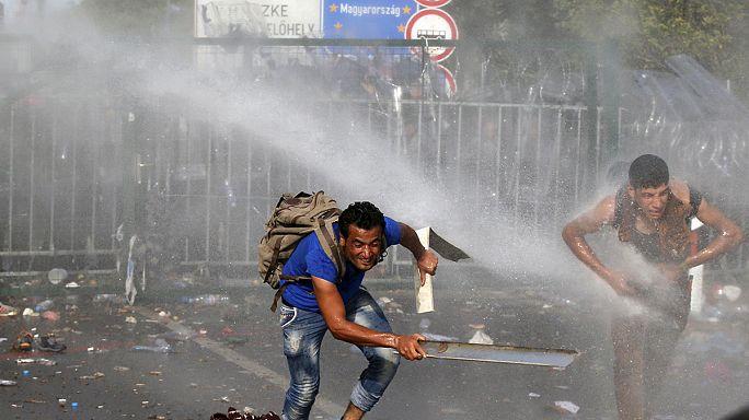 Macar polisi sığınmacılara biber gazı ve tazyikli suyla müdahale etti