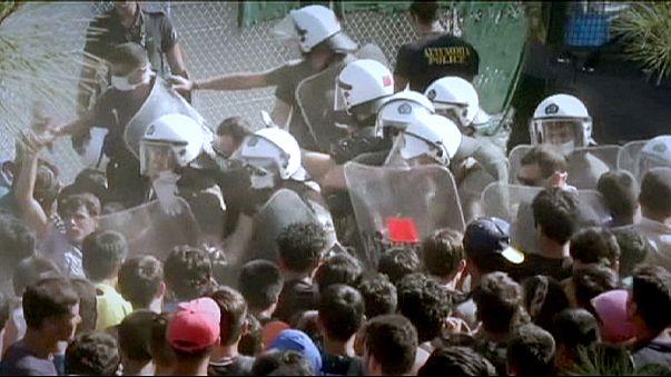"""Migliaia di migranti """"intrappolati"""" sull'isola di Lesbo"""