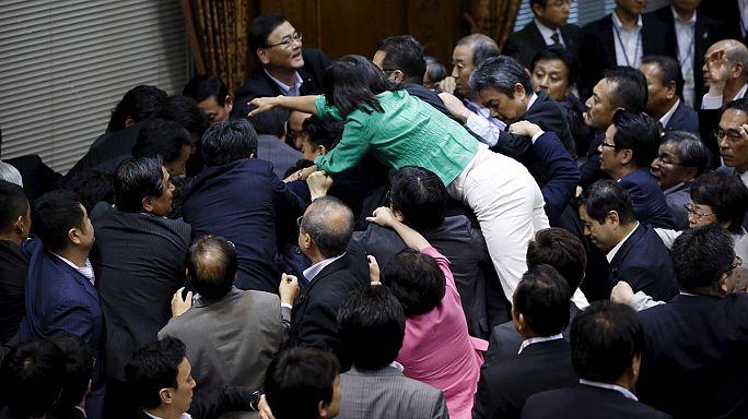 Japonya'da barışçıl yasanın devamı için yumruklar konuştu