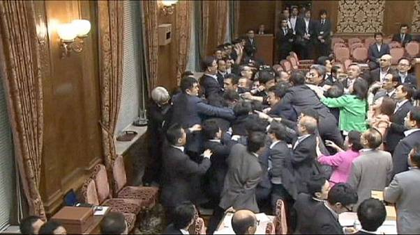 Pancadaria no parlamento japonês em votação de lei sobre participação militar em conflitos externos