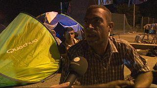 عشرات اللاجئين يرابطون قرب الحدود بين صربيا والمجر