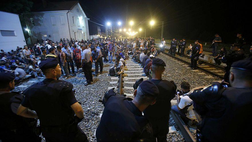 150 لاجئا يتجهون إلى سلوفينيا بعد غلق الحدود المجرية