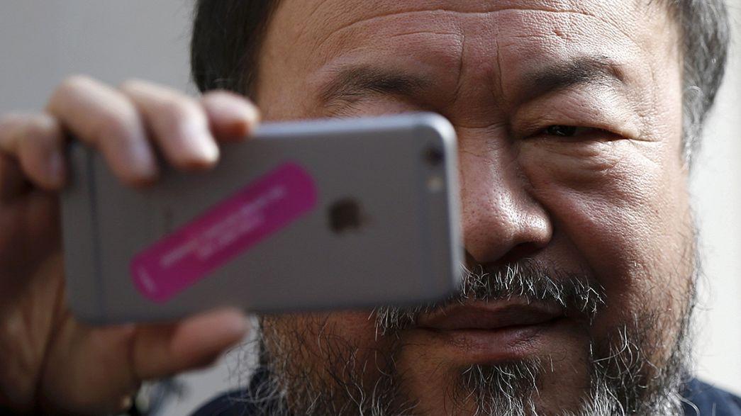 Ai Weiwei e Anish Kapoor envergam cobertores para lembrar refugiados
