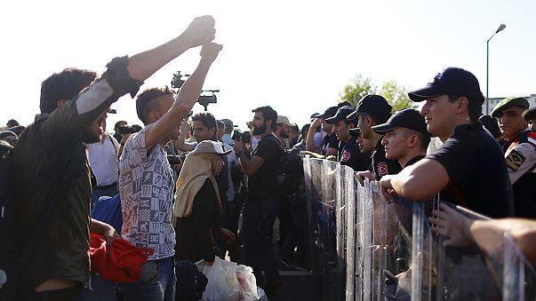 Lieber nicht per Boot: Flüchtlinge warten an türkisch-griechischer Grenze auf Einlass