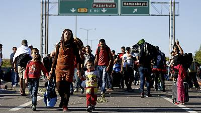 Refugiados aguardam em autoestrada turca para entrar na Grécia