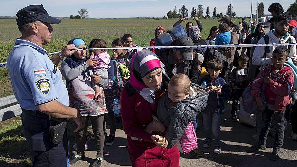 اللاجئون: توقيف حركة القطار والشاحنات مِن وإلى معابر صربية كرواتية مجرية