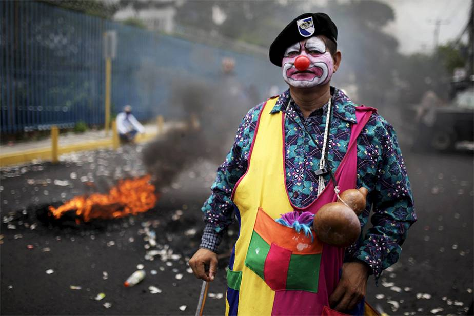 Un vétéran grimé en clown défend les droits au Salvador