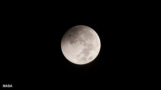 خسوف القمر العملاق الأحمر: ظاهرة نادرة وأخاذة