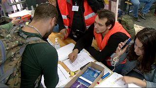 Civilek appja segíti a menekülőket útjuk során
