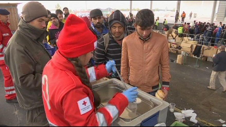ميركل تدعو الدول الأوروبية إلى مزيد من الجهود لحل أزمة اللاجئين