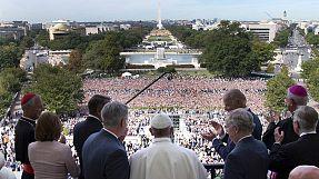 Papa Francisco aclamado pela multidão em frente ao Congresso americano