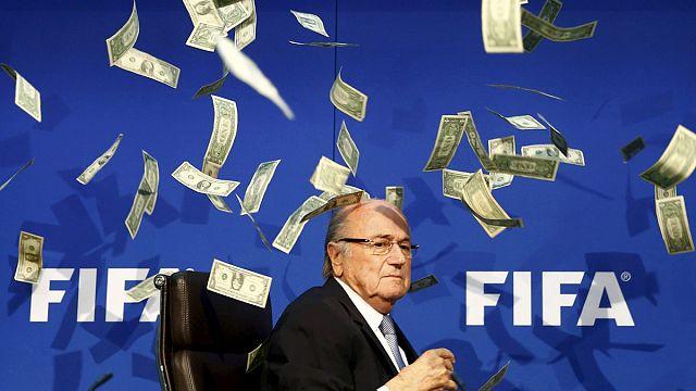 الفيفا:جوزيف بلاتر متهم بدفع مليوني فرنك سويسري لميشال بلاتيني
