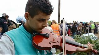 Сирийский мальчик дошел до Сербии со скрипкой в руках