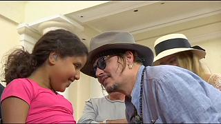Johnny Depp is segített a hallókészülékek átadásán