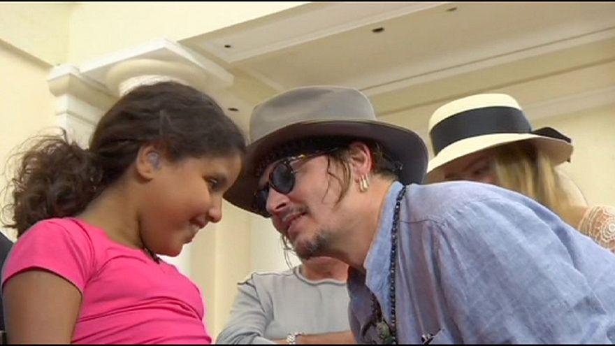 جوني ديب في ريو دي جانيرو لمساعدة ذوي السَّمع العسير.