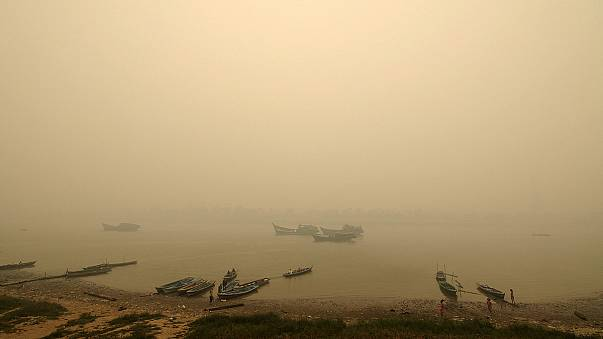 ضباب كثيف ناتج عن حرائق يشل الحياة في سومطرة وكاليمانتان
