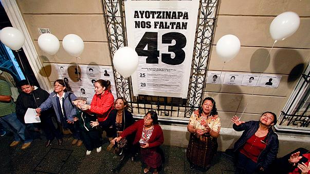 Az egy éve eltűnt 43 diákért virrasztottak Mexikóban