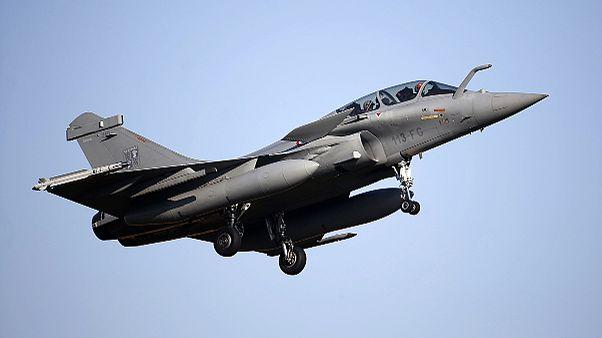 Frankreich fliegt erstmals Luftangriffe gegen IS-Stellungen in Syrien