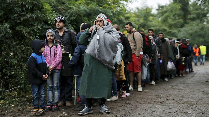 Хорватия: тысячи беженцев под дождем пересекают границу