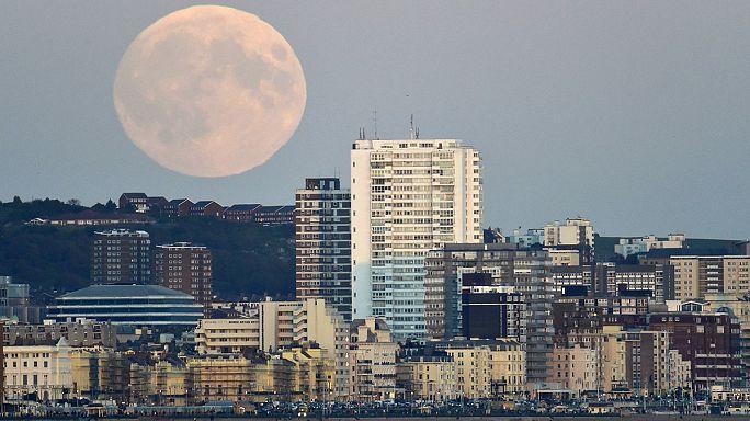 """Eclipse de """"super lune"""" : la Lune en rouge et noir"""