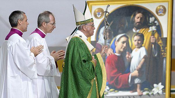 Gyerekként szexuális zaklatott fiatalokkal találkozott a pápa